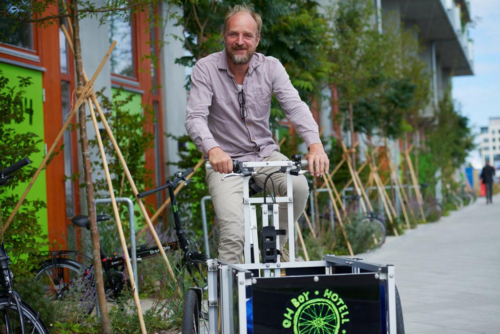 Cord Siegel på en lådcykel utanför cykelhuset Ohboy